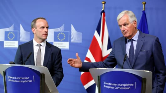 EU Chief Brexit Negotiator Michel Barnier (R) and Britain's Brexit Secretary Dominic Raab hold a joint press conference at the European Commission in Brussels on August 31, 2018.