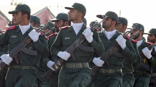 Soldiers of Iran's elite Revolutionary Guards march during an annual military parade to mark Iran's eight-year war with Iraq in the capital Tehran, 22 September 2007.