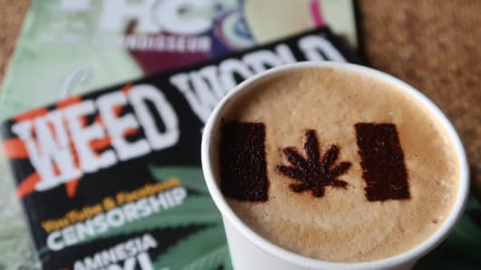 In the cafe 'Cannabis & Coffee' there is a cannabis leaf as a marijuana symbol on the milk foam of a Latte Macchiato.