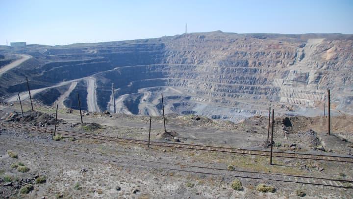 Mina de tierras raras en Bayan Obo, China.  Esta mina es uno de los depósitos más grandes de metales de tierras raras que se encuentran en el mundo.
