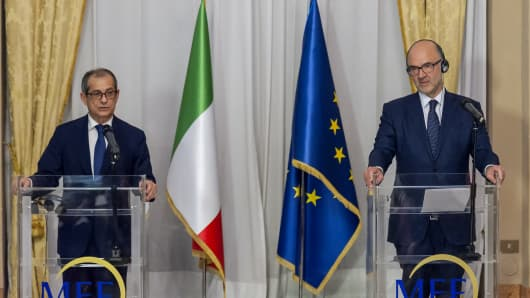 Italy's Minister of Economy and Finances, Giovanni Tria (L) and European Affairs Commissioner, Pierre Moscovici hold a press conference following their meeting at the Economy Ministry on October 18, 2018 in Rome, Italy.