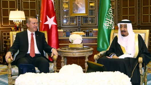 Turkish President Recep Tayyip Erdogan (L) meets King of Saudi Arabia, Salman bin Abdulaziz Al Saud (R) at Riyadh's Erga Palace in Saudi Arabia on March 2, 2015.