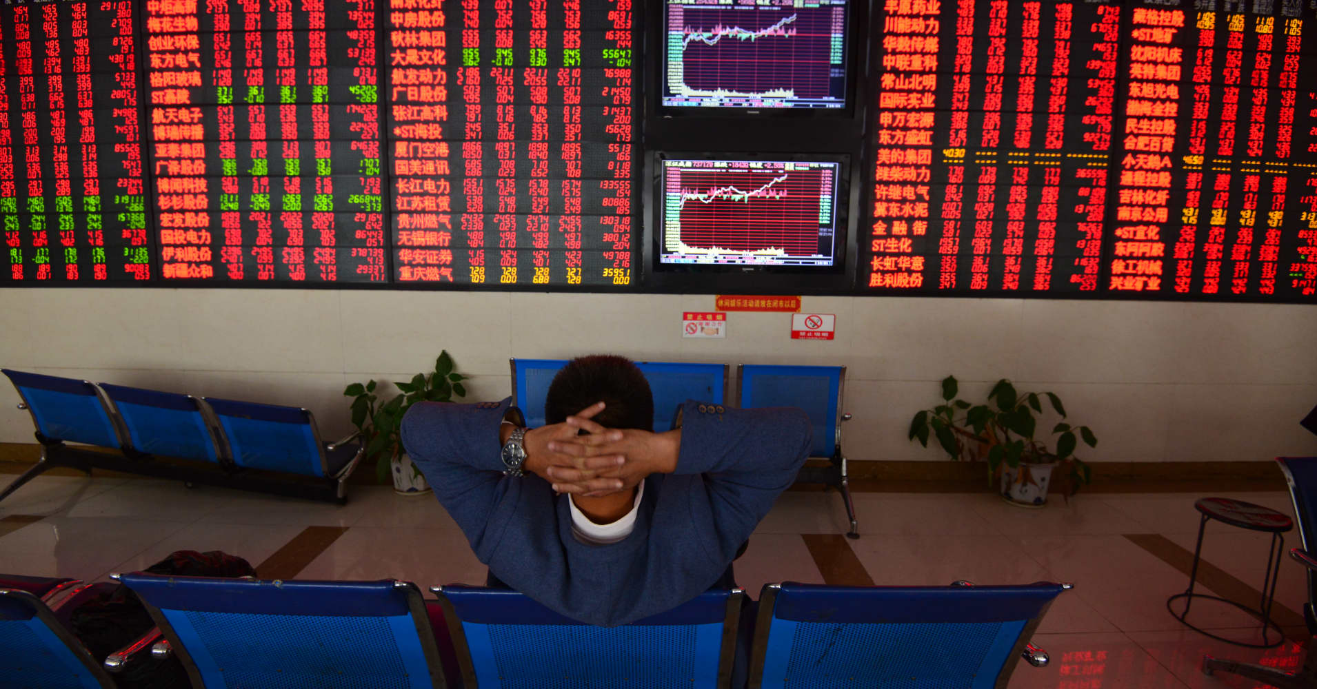 China stocks surge more than 4 percent, extending Friday's rally