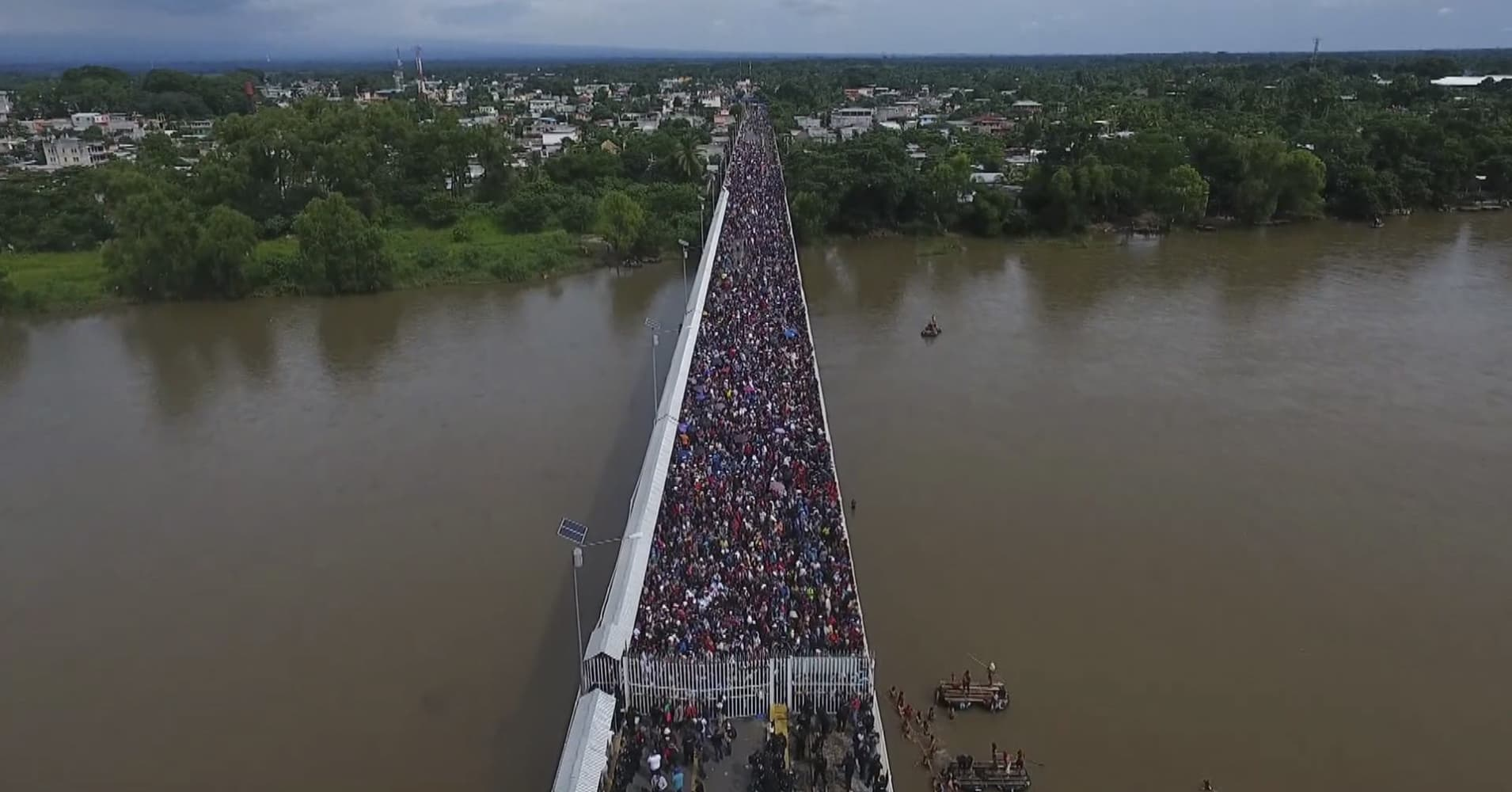 Aerial view of a Honduran migrant caravan heading to the US, as it is stopped at a border barrier on the Guatemala-Mexico international bridge in Ciudad Hidalgo, Chiapas state, Mexico, on October 19, 2018.