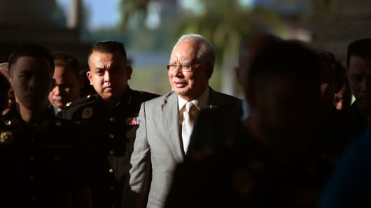 Former Malaysian Prime Minister Najib Razak (C) is escorted by police to a courthouse in Kuala Lumpur on Oct. 25, 2018.