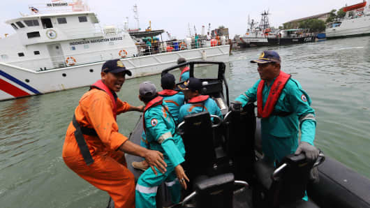 Members of a rescue team prepare to search for survivors from the Lion Air flight JT 610, which crashed into the sea, at Jakarta seaport on October 29, 2018.