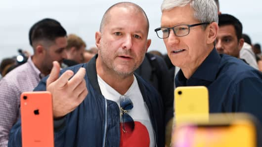 El director de diseño de Apple, Jony Ive, y el CEO de Apple, Tim Cook, inspeccionan el iPhone XR.