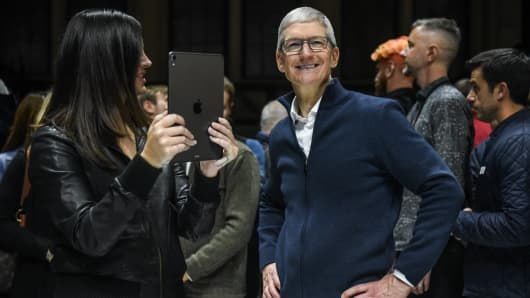 Tim Cook, CEO of Apple stands with Lana Del Rey (with iPad) during a launch event at the Brooklyn Academy of Music on October 30, 2018 in New York City. Apple debuted a new MacBook Air, Mac Mini and iPad Pro.
