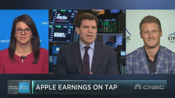 Apple reports earnings after the bell — here's what the pros are saying to watch