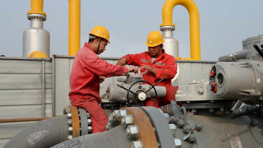 Sinopec employees work on pipelines connecting a Sinopec natural gas facility and Binhai transmission station of China National Petroleum Corporation's (CNPC) Dagang oilfield, in Tianjin, China October 22, 2018.