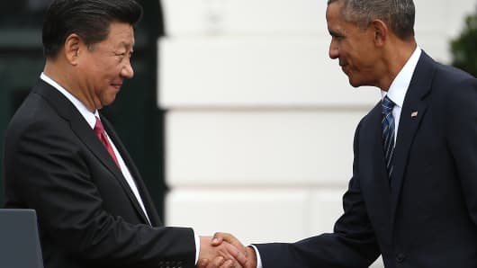 Former U.S. President Barack Obama (R) shakes hands with Chinese President Xi Jinping during a state arrival ceremony on the south lawn of the White House grounds September 25, 2015 in Washington, DC.
