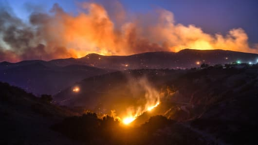 The Hill Fire burns in the hills west of Conejo Center Drive in Thousand Oaks, CA, on Thursday, Nov 8, 2018.