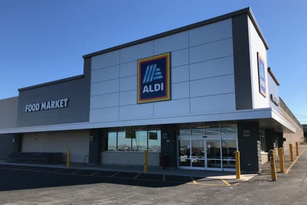 Exterior of Aldi grocery store located inNorth Bergen, New Jersey.