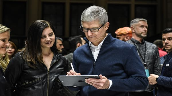 Weiss on Apple: CEO Tim Cook is a caretaker, not an innovator