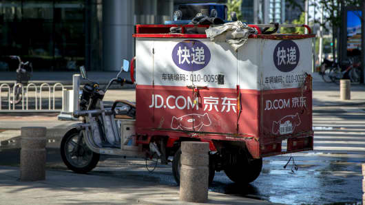 A JD delivery cart stops at roadside.