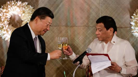 Chinese President Xi Jinping (L) and Philippines' President Rodrigo Duterte (R) raise a toast during a state banquet at the Malacanang Presidential Palace in Manila on November 20, 2018.