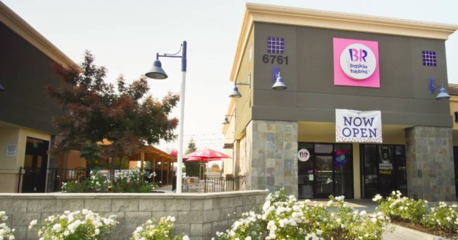 Exterior view of a Baskins Robbins store.