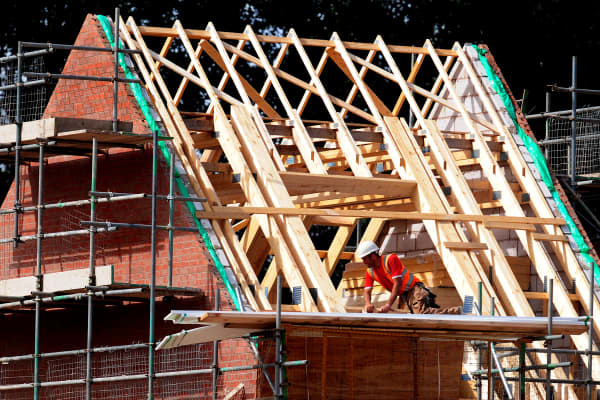 General view of workman at a Taylor Wimpey housing development in Calverton, Nottinghamshire.