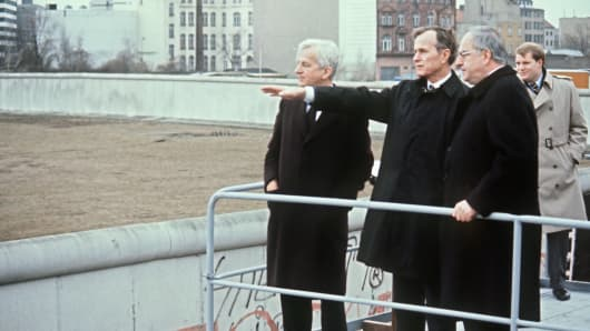 (L-R): Mayor of Berlin Richard von Weizsaecker, US Vice President George H. W. Bush and German Chancellor Helmut Kohl visit the Berlin Wall, on 31 January 1983.