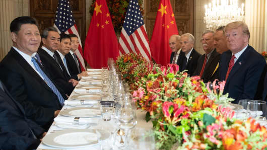 US President Donald Trump (R) US Secretary of State Mike Pompeo (2-R) and members of their delegation hold a dinner meeting with China's President Xi Jinping (L) Chinas Foreign Affairs Minister Wang Yi (2-L) and Chinese government representatives, at the end of the G20 Leaders' Summit in Buenos Aires, on December 01, 2018. -