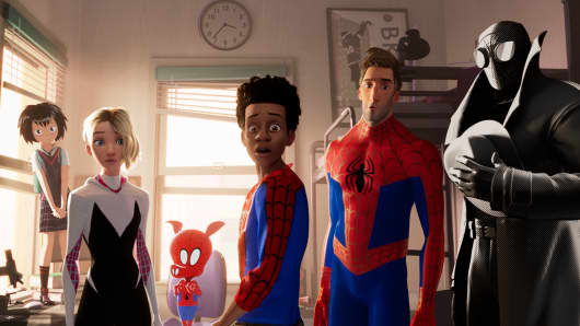 Peni Parker (Kimiko Glenn), Spider-Gwen (Hailee Steinfeld), Spider-Ham (John Mulaney), Miles Morales (Shameik Moore), Peter Parker (Jake Johnson), and Spider-Man Noir (Nicolas Cage) in Sony Pictures Animation's SPIDER-MAN: INTO THE SPIDER-VERSE.