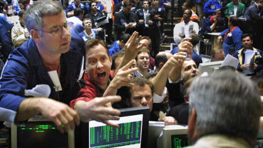 Traders in the OEX pit at the Chicago Board Options Exchange climb the walls of the pit in their scramble to make trades 18 April 2001 in Chicago, Illinois, at the moment news hits that the Federal Reserve has made an unexpected half-point cut in interest rates.   A
