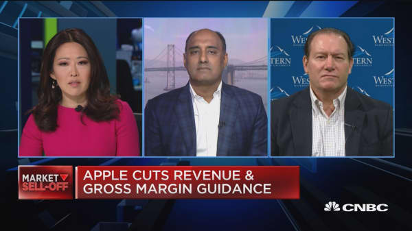 Apple's problems are more serious than macroeconomic, says Paul Meeks