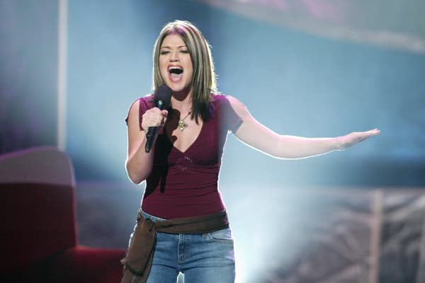 Kelly Clarkson performs on American Idol in 2002