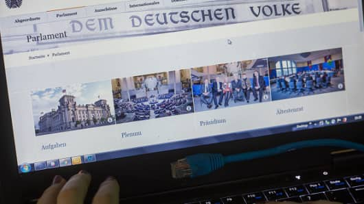 The website of the German Bundestag can be seen on a laptop screen. The Federal Government has rated the mass publication of partly sensitive data of politicians, parties and celebrities as a 'serious attack'.