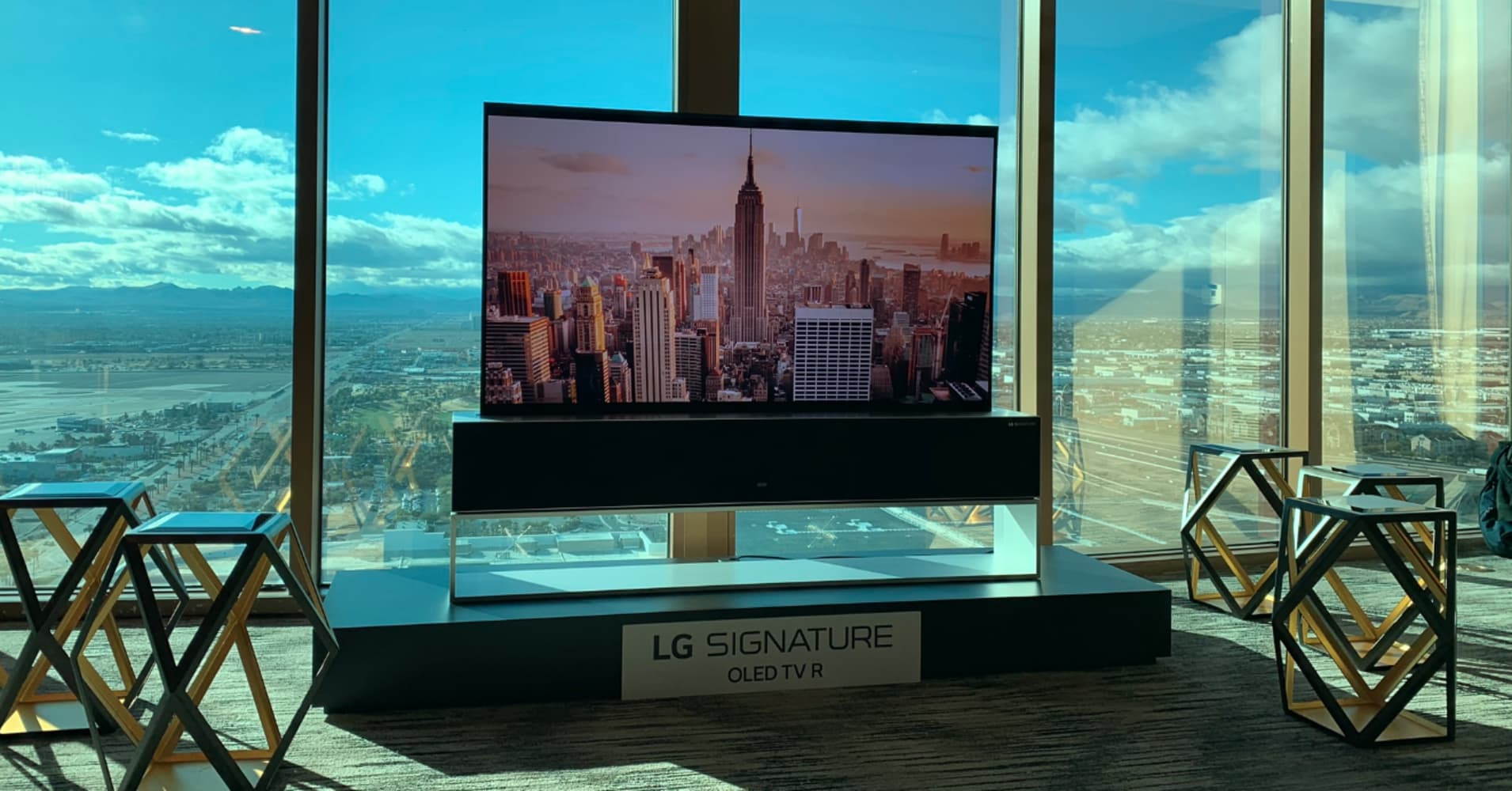 696a59f28666 LG releases a rollable TV at CES
