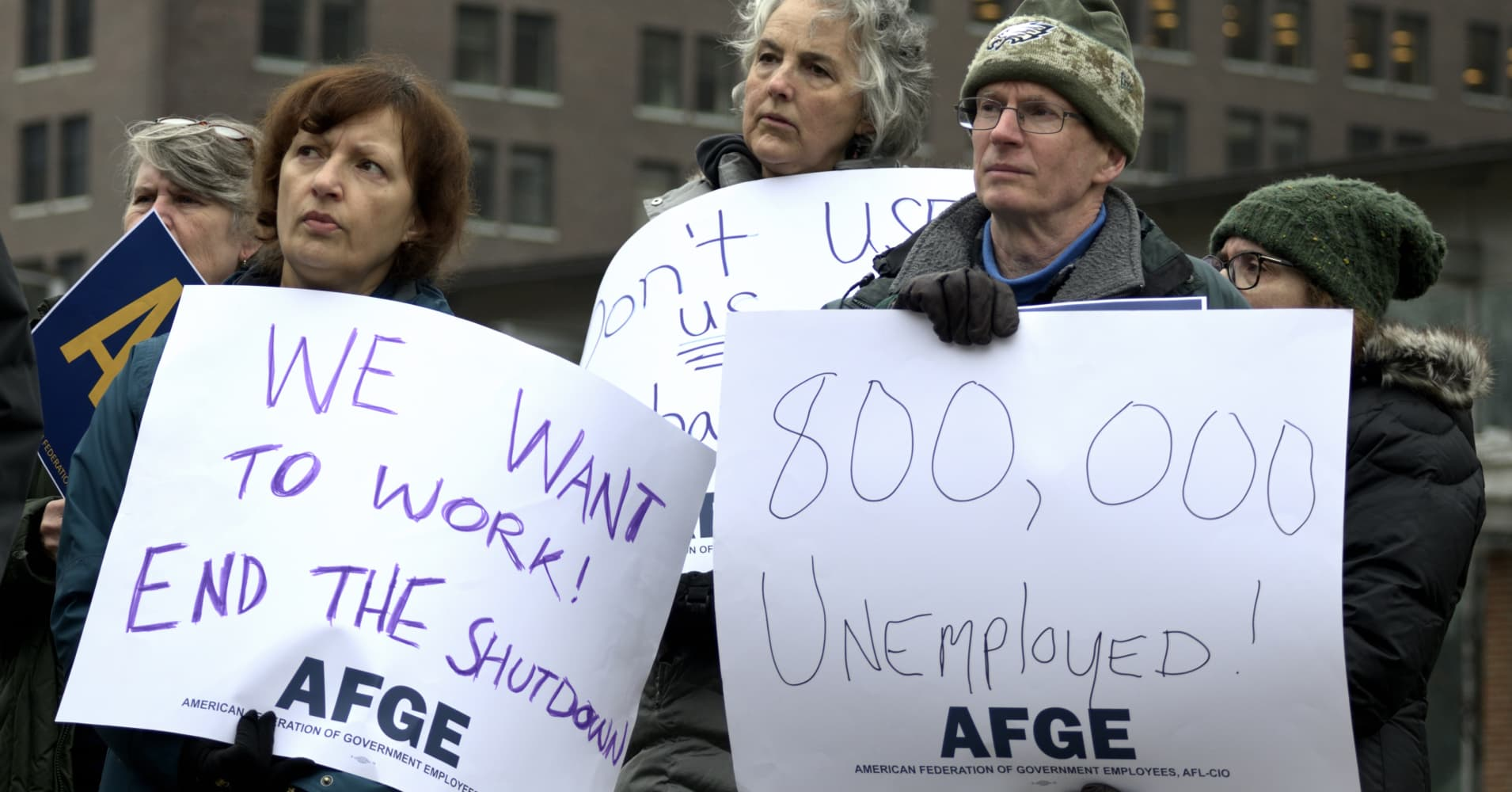 With no end in sight for the shutdown, thousands of federal workers file for unemployment