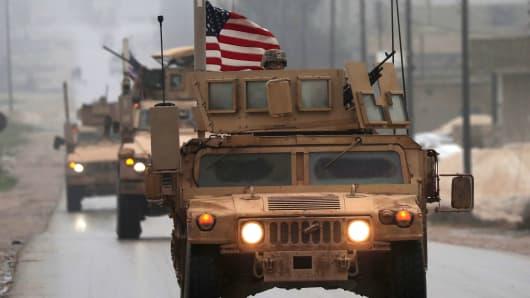 30 ডিসেম্বর 2018 তারিখে গৃহীত ছবিটি সিরিয়ার উত্তরাঞ্চলের মানিবিজ শহরে মার্কিন সামরিক বাহিনীর একটি লাইন দেখায়।