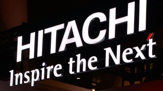 A logo of Japan's high-tech giant Hitachi at an exhibition in Tokyo on October 29, 2013. Hitachi announced its group net profit rose 8.8 percent in the first half of the fiscal year, from a year earlier to 32.77 billion yen as the weaker yen and cost-cutting. AFP PHOTO / Yoshikazu TSUNO        (Photo credit should read YOSHIKAZU TSUNO/AFP/Getty Images)