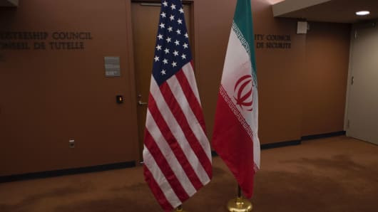 The US (L) and Iranian flags await the arrival of US Secretary of State John Kerry and Iran's Foreign Minister Mohammad Javad Zarif before the leaders meeting April 19, 2016 at the United Nations in New York.