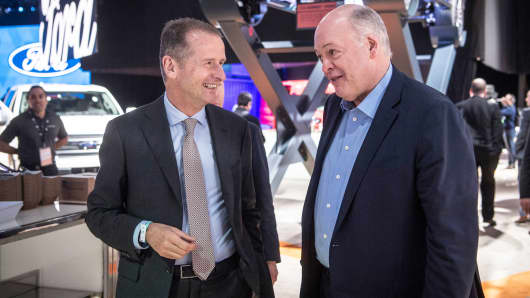 14 January 2019, US, Detroit: Jim Hackett (r), CEO of Ford, and Herbert Diess, CEO of VW, talk about the fair together. Industry experts expect the announcement of a cooperation between VW and Ford in the light commercial vehicle sector.