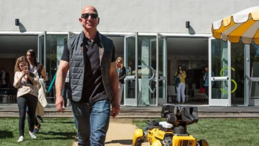 Jeff Bezos is hosting his super nerdy Mars conference again, complete with flying robots and a Blue Origin engine
