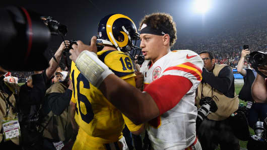 Quarterback Patrick Mahomes #15 of the Kansas City Chiefs (R) congratulates quarterback Jared Goff #16 of the Los Angeles Rams (L) after the Rams won the game with the score of 54-51 at Los Angeles Memorial Coliseum on November 19, 2018 in Los Angeles, California.