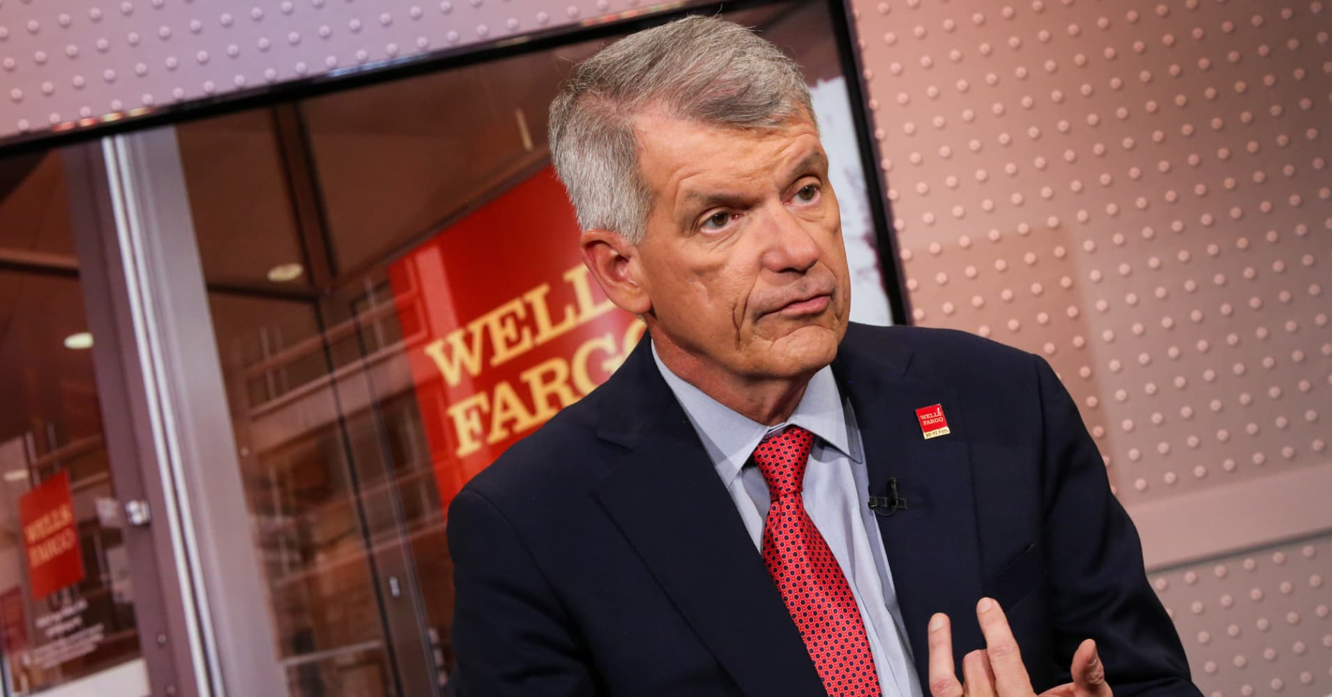 News post image: Tim Sloan's departure from Wells Fargo is a 'big mistake,' says management guru Jeff Sonnenfeld