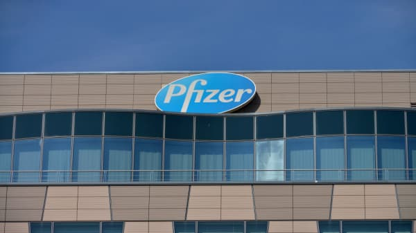 Pfizer issues 2019 EPS outlook below estimates