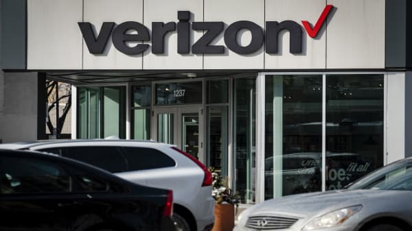 Verizon EPS modestly beats expectations, revenue misses