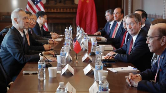 (R-L) Commerce Secretary Wilbur Ross, U.S. Trade Representative Robert Lighthizer and other Trump Administration officials sit down with Chinese Vice Premier Liu He (L), Central Bank Governor Yi Gang (2nd L) and other Chinese vice ministers and senior officials for negotiations in the Diplomatic Room at the Eisenhower Executive Office Building January 30, 2019 in Washington, DC.