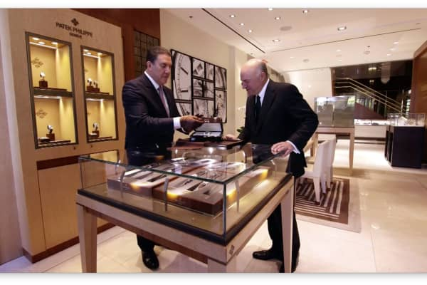 London Jewelers salon manager Michael Edelman presents Kevin O'Leary with his new watch.