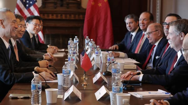 (R-L) Commerce Secretary Wilbur Ross, U.S. Trade Representative Robert Lighthizer, Treasury Secretary Steven Mnuchin, Director of the National Economic Council Larry Kudlow and other Trump Administration officials sit down with Chinese Vice Premier Liu He (L), Central Bank Governor Yi Gang (2nd L) and other Chinese vice ministers and senior officials for negotiations in the Diplomatic Room at the Eisenhower Executive Office Building January 30, 2019 in Washington, DC. The top trade officials are beginning two days of face-to-face trade talks to end a months-long trade war between the world's two largest economies. (Photo by Chip Somodevilla/Getty Images)