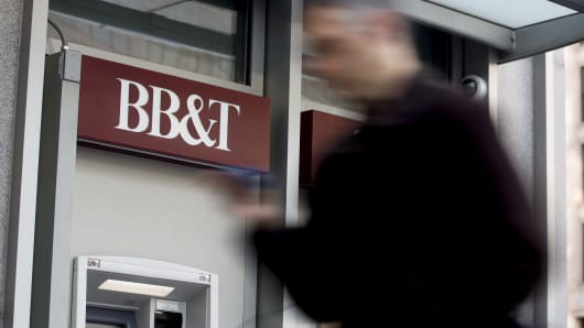 Un peatón pasa junto a una sucursal bancaria de BB&T Corp. en Washington, D.C.