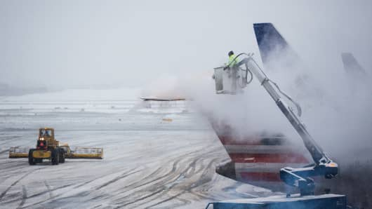 Planes are de-iced at La Guardia Airport during a winter storm on February 2, 2015 in the Queens borough of New York City. The snowstorm, which is effecting an area stretching from New York to Chicago, is disrupting travelers both on the road and in the air.