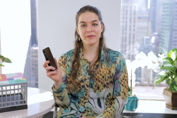 Elana Mugdan will lock up her smartphone for the next year in order to win Vitaminwater's $100,000 contest.