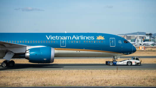 A Boeing 787 of Vietnam's state-owned airline, Vietnam Airlines, is taken to Frankfurt Airport's runway.