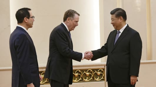 US Trade Representative Robert Lighthizer (C) shakes hands with Chinese President Xi Jinping next to US Treasury Secretary Steven Mnuchin (L) before proceeding to their meeting at the Great Hall of the People in Beijing on February 15, 2019.