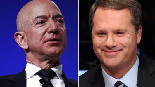Amazon CEO Jeff Bezos (l) and Doug McMillon, CEO of Walmart.