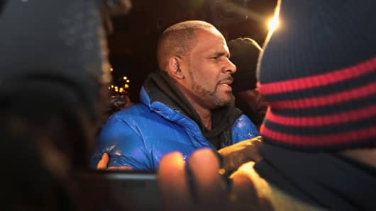 R&B singer R. Kelly arrives at the 1st District-Central police station on February 22, 2019 in Chicago, Illinois.